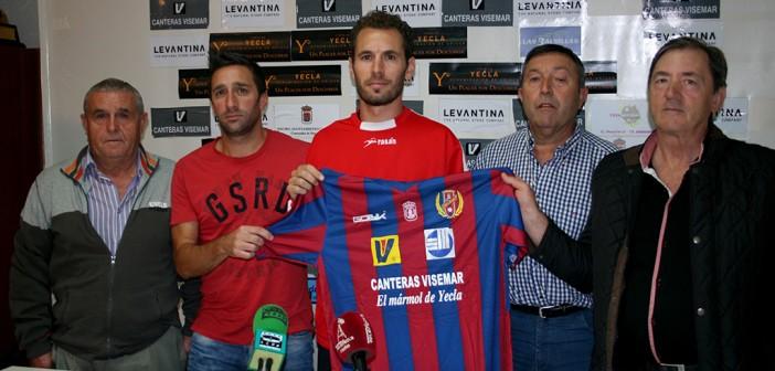 Dani Martínez posa junto al entrenador y la directiva del Yeclano / J. R. M.