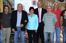 Miembros de la directiva del CEY en la entrada del Teatro Concha Segura: Pascual Aguilera