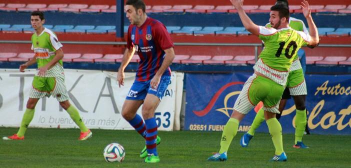 Ismael controla el balón frente a un rival