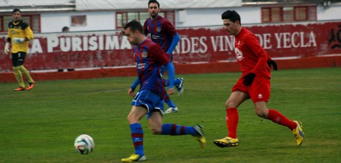 Crivi disputa el balón con un rival