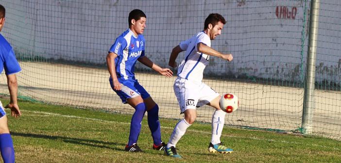 Rafa disputa un balón en el choque del pasado año en el Sánchez Cánovas / P. Aguilera