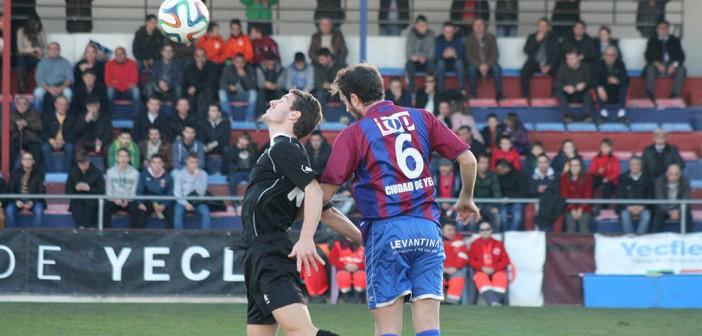 Elías (futbolista yeclano del Jumilla) y Rafa pugnan por un balón / Á. Ayala