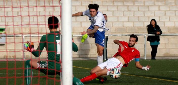 Mir golpea la bola dentro del área en el Municipal de Casillas el pasado curso