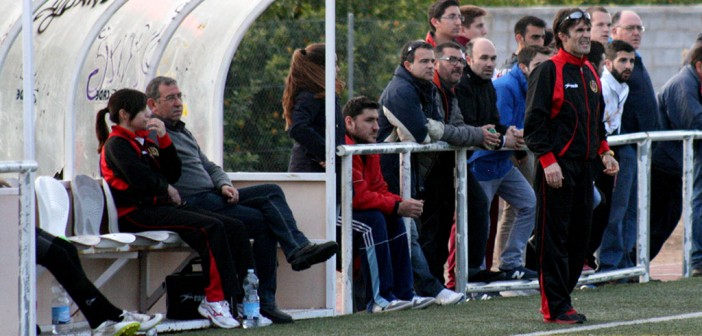 Tomi (a la derecha) observa el juego a pie de campo / J. Ramón Martínez