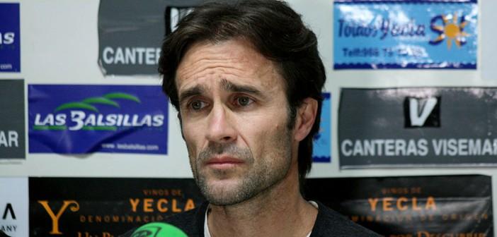 El nuevo entrenador del Yeclano, en sala de prensa / Á. Ayala