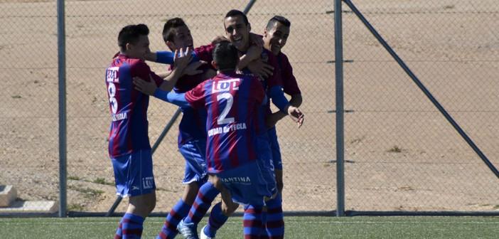 Los futbolistas del Yeclano B celebran un gol