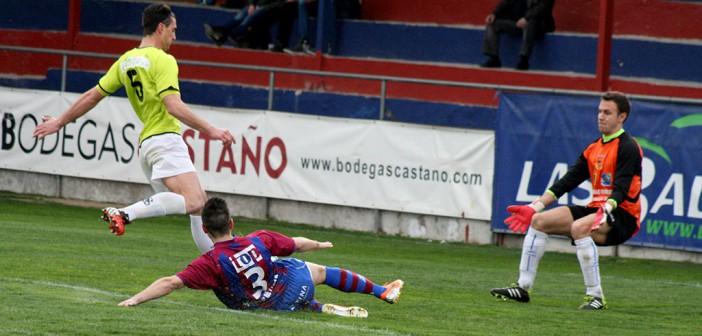 Andrés Carrasco se dispone a anotar el 0-2 en la portería de Fran