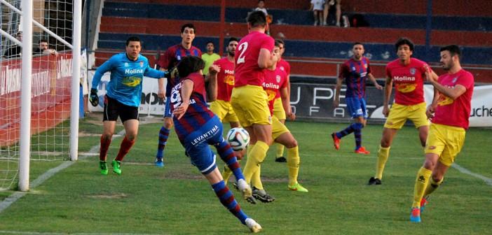 Joseto dispara en la salida de un córner / Pascual Aguilera