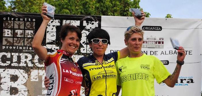Ortuño, a la izquierda, en el podio en Mahora / CCY