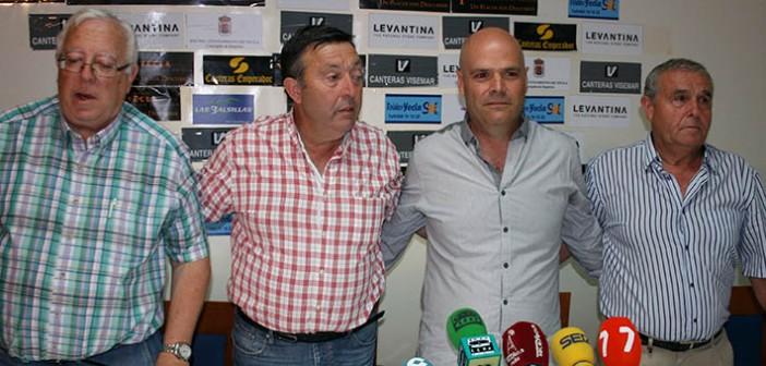 Presidente, directiva y nuevo entrenador, en la presentación ayer en la sede del club / Á. Ayala