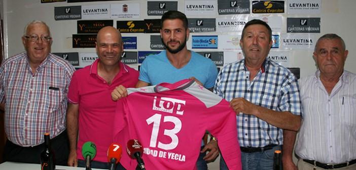 Pepelu, junto al técnico y la junta directiva, posa con su nueva camiseta / A. Ayala
