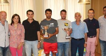 Foto de familia con el cuadro de honor del torneo / P. Aguilera