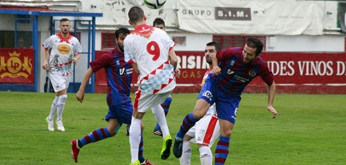 Pucho y Rafa López pugnan el esférico con Nico / Álvaro Ayala