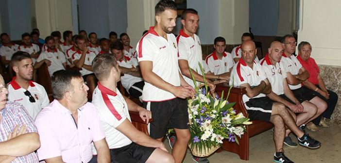 Los capitanes ofrecen flores al altar de la Patrona en su Santuario / P. Aguilera