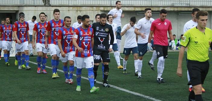 Los dos equipos saltan al césped del José Antonio Pérez / Pascual Aguilera