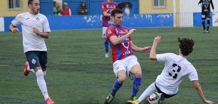 Un jugador del yeclano pugna frente a un rival / Pascual Aguilera