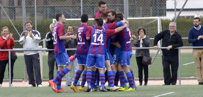 Los jugadores del yeclano B celebran un gol / Inma Azorín