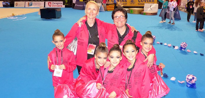 Las integrantes del conjunto benjamín, junto a las técnicos en Zaragoza
