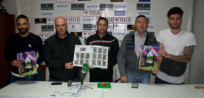 La directiva, técnicos y jugadores muestran el album ante los medios / Á. Ayala