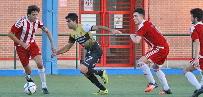 Pascui pugna un balón ante varios rivales / Pascual Aguilera
