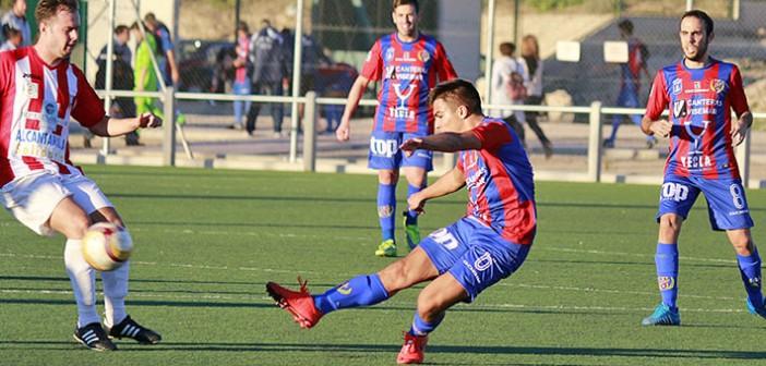 Un jugador del filial lanza a la portería del Alcantarilla / Pascual Aguilera