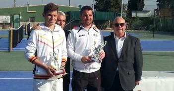 Ángel Alonso, en el centro, con su trofeo de subcampeón