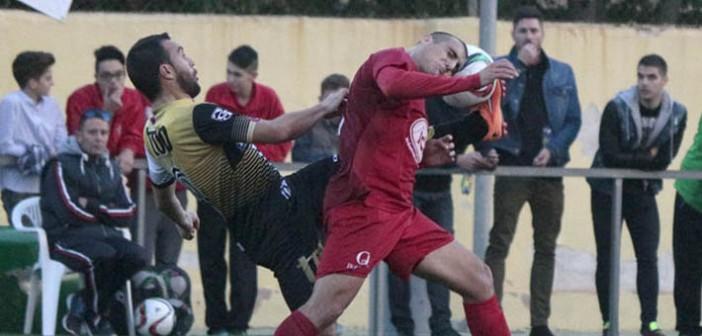 Tonete lucha por el balón ante un rival en El Palmar / P. Aguilera