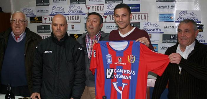 El nuevo jugador azulgrana posa con su nueva camiseta / Á. Ayala