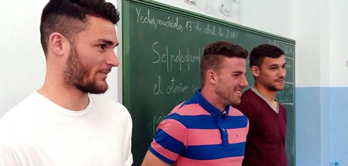 Mir, Joselu y Dani Gómez, durante el reparto de entradas en el colegio La paz / J. R. Martínez