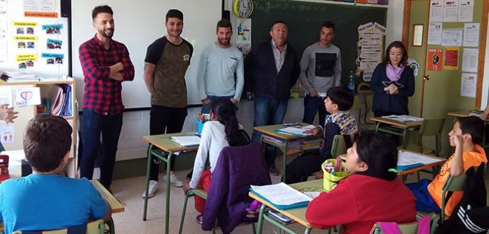 Jugadores y el presidente del Yeclano, junto a los alumnos del colegio La Pedrera / J. Ramón Martínez