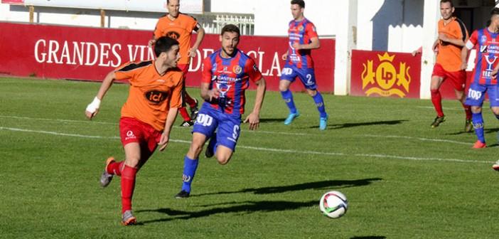 Dani Gómez pugna un balón con un rival / Inma Azorín