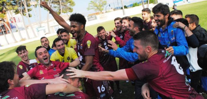 Los jugadores del Lorca celebran el primer puesto en Caravaca / Juan F. Robles