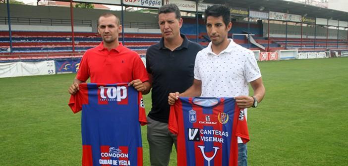 Juando, Sandroni y Pablo, con la elástica del Yeclano Deportivo / Á. Ayala