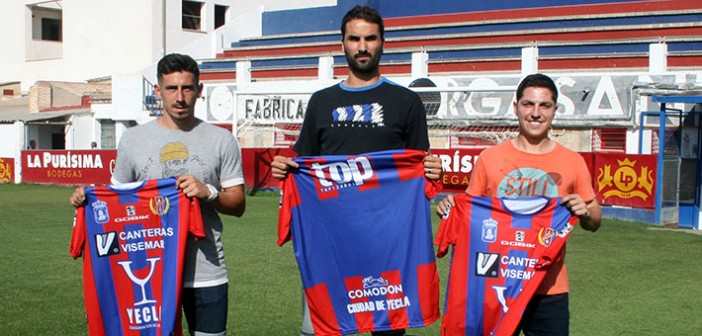 Cano, Torres y Catalán posan con su nueva camiseta / J. Ramón Martínez
