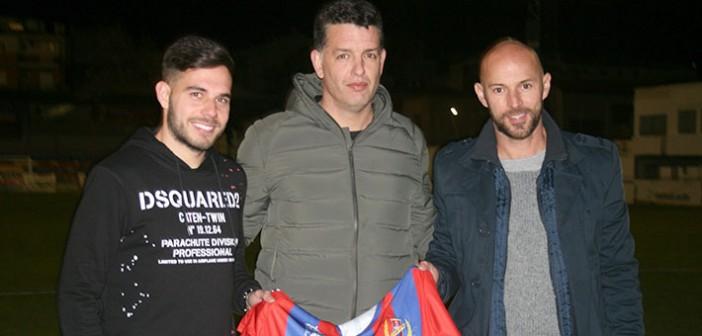 Diego, a la derecha, en su fallida presentación como fichaje azulgrana / Archivo