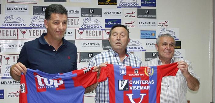 El entranador azulgrana posa junto al presidente Romero y al directivo Rafa López / J. Ramón Martínez