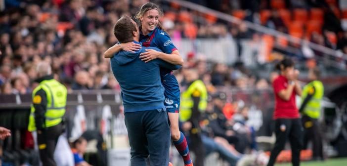 Eva Navarro celebra su primer gol en Levante en Mestalla ante el Valencia