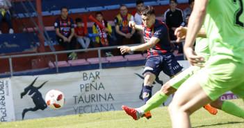 Mario Sanchez dispara para hacer el segundo gol del Yeclano ante el Cieza